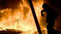 Демонстранты в Барселоне поджигают машины истроят баррикады