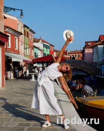Рейтинг дня: Юлия Высоцкая в романтичном образе в шляпе гуляет по Венеции