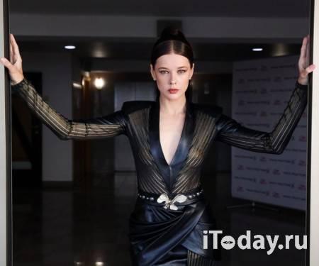 """Рейтинг дня: Катерина Шпица надела на """"Кинотавр"""" соблазнительное чёрное платье из кожи и шпильки"""