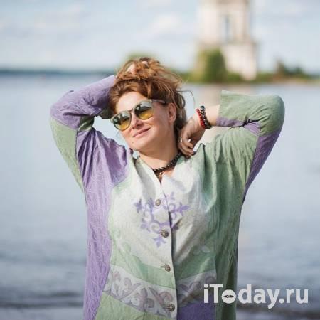 Юлия Куварзина прикрыла обнажённое тело плющом