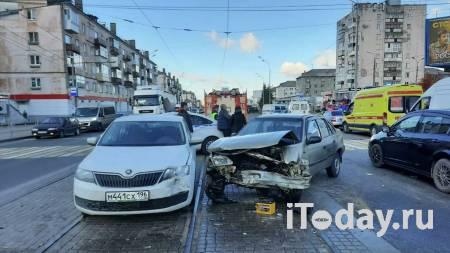 На Урале водитель легковушки въехал в три автомобиля и пешеходов - 03.10.2020