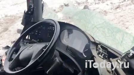 Чуть не раздавил авто. В центре Сочи экскаватор внезапно упал с прицепа - Радио Sputnik, 07.01.2021