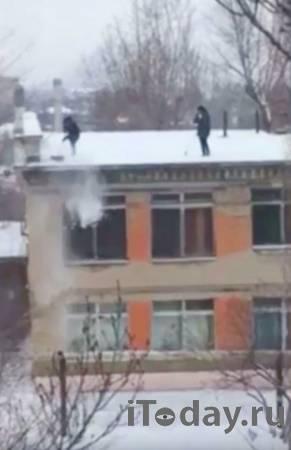 В Саратове директор детского сада заставила сотрудниц чистить крышу - 15.01.2021