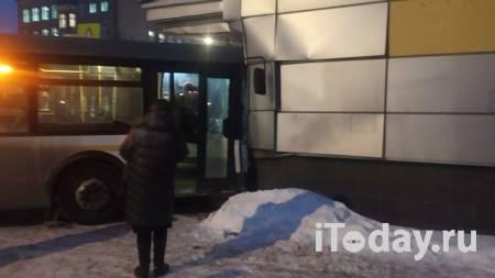 В Подмосковье рейсовый автобус въехал в кинотеатр - Радио Sputnik, 21.01.2021
