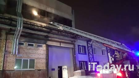 В Екатеринбурге тушат крупный пожар в производственном здании - 24.01.2021