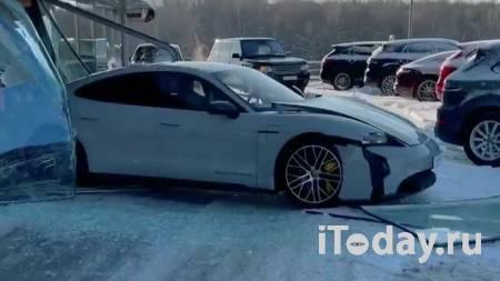 """Российский блогер """"перепутал педали"""" и въехал в витрину салона на Porsche - 08.02.2021"""