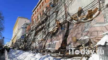 Полиция огородила часть Ильинского сквера в Москве после обрушения лесов - 15.02.2021