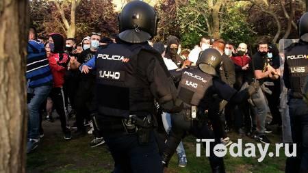 В Мадриде левые радикалы подрались с полицейскими - Радио Sputnik, 07.04.2021