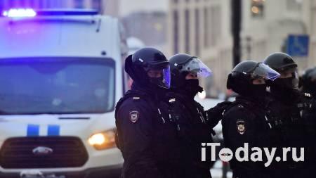 Мужчине, ударившему силовика на незаконной акции, дали два года колонии - 14.04.2021