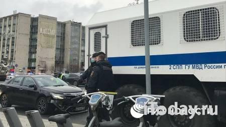 В центре Москвы столкнулись легковушка и автозак - 21.04.2021