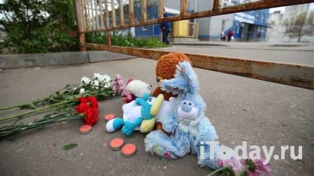 Волгоградцы несут цветы и игрушки к спортшколе команды, попавшей в ДТП - 01.05.2021