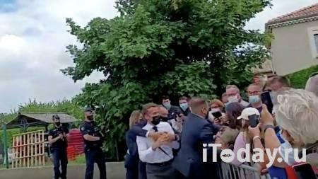 СМИ: задержанный за пощечину Макрону мужчина не планировал бить президента