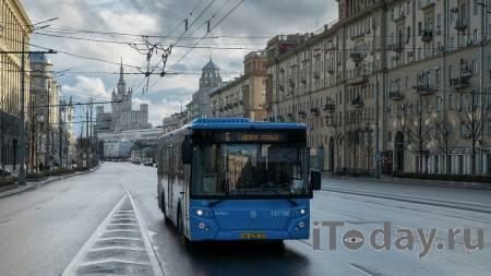 Водителю стало плохо: автобус врезался в столб у здания МГУ